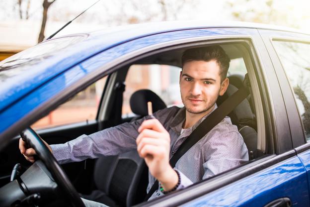 Jóvenes al volante: Precauciones a la hora de darles el auto