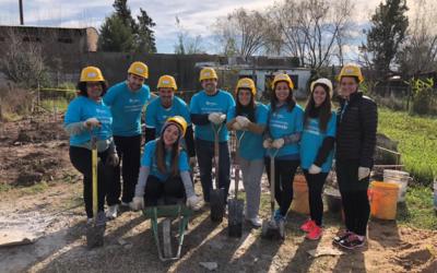 Voluntarios de MetLife y de Hábitat Argentina para la Humanidad construyeron una casa junto a una familia del barrio Los Ceibos